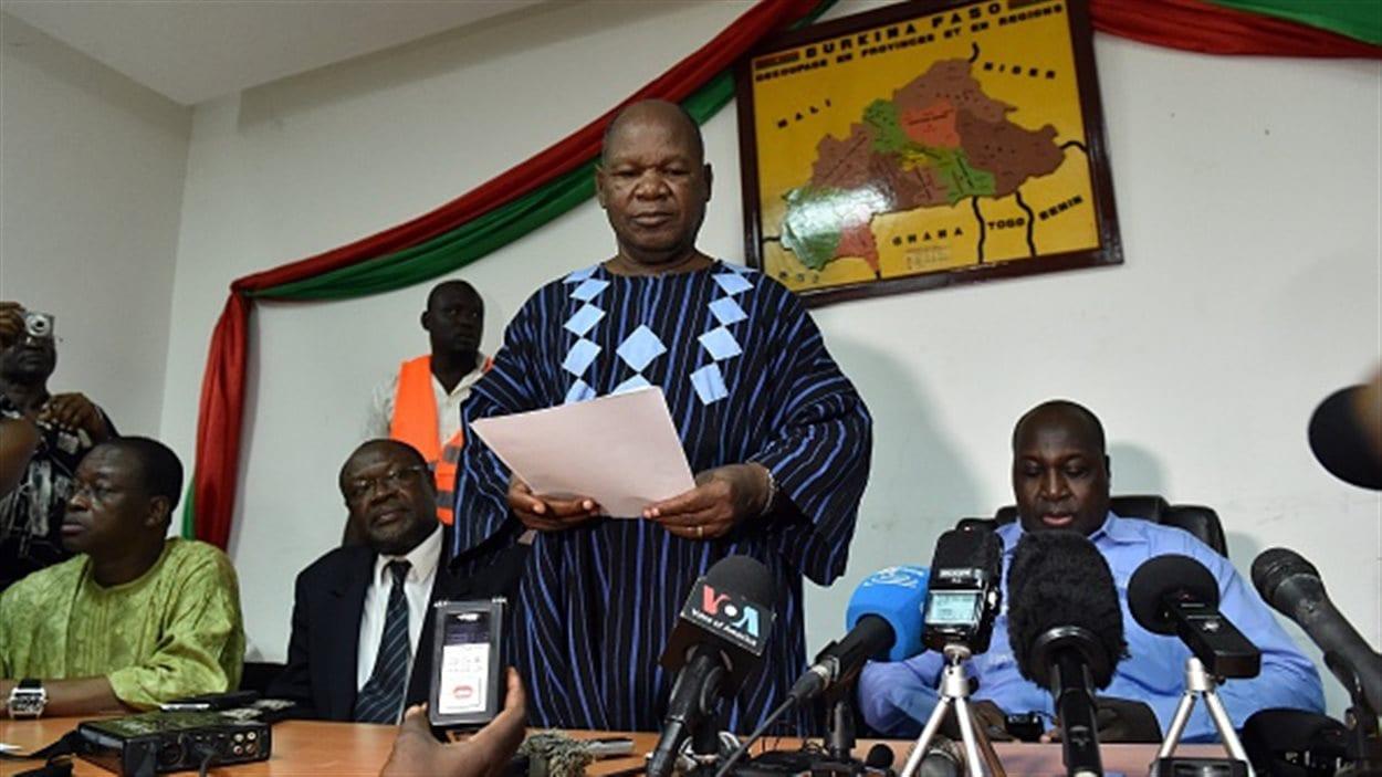 Le leader Jean Hubert Bazie ( au centre)  lit une déclaration aux côtés du chef de l'opposition burkinabé Zephirin Diabre (à droite) appelant à une «transition démocratique et civile».