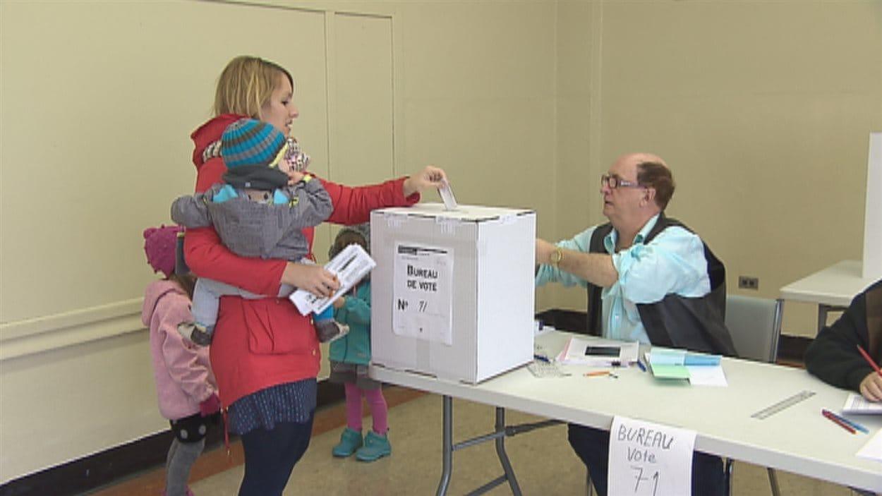Une électrice dans un bureau de vote.
