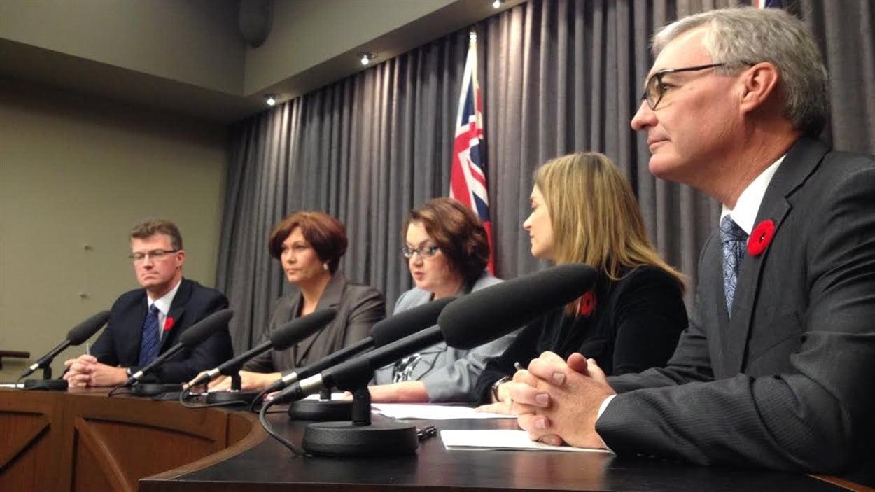 De droite à gauche, Stan Struthers, Erin Selby, Jennifer Howard, Theresa Oswald et Andrew Swan annoncent leurs démissions du Cabinet de Greg Selinger le 3 novembre 2014.