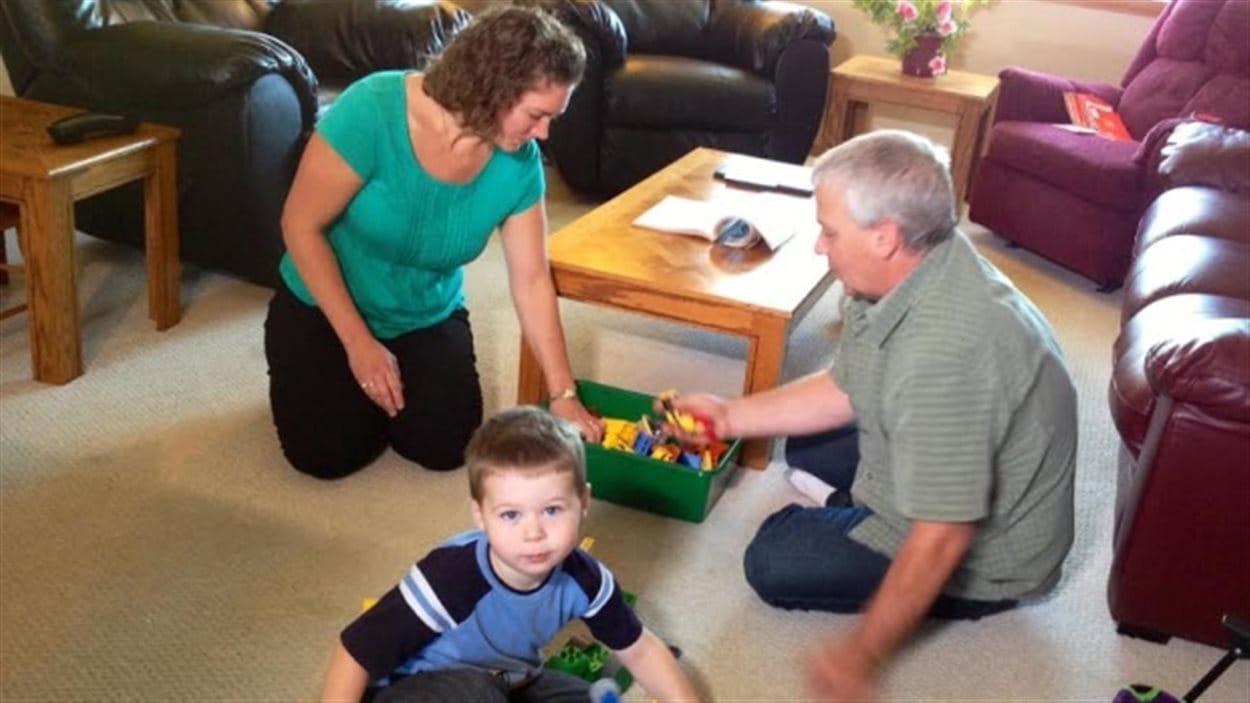 Miriam et Mark Hordyk jouent en compagnie de leur fils de trois ans, Landon, qu'ils ont eu grâce à au don d'embryon.
