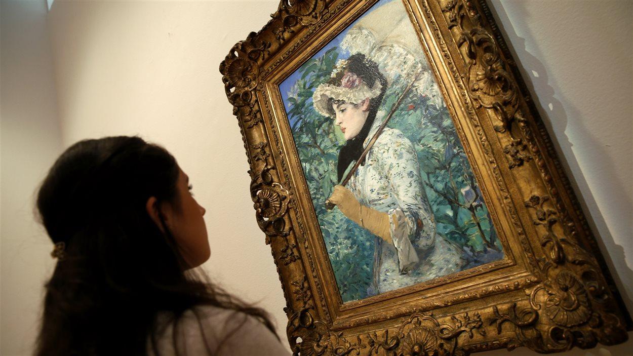 Une employée de Christie's admire Le Printemps, d'Edouard Manet.