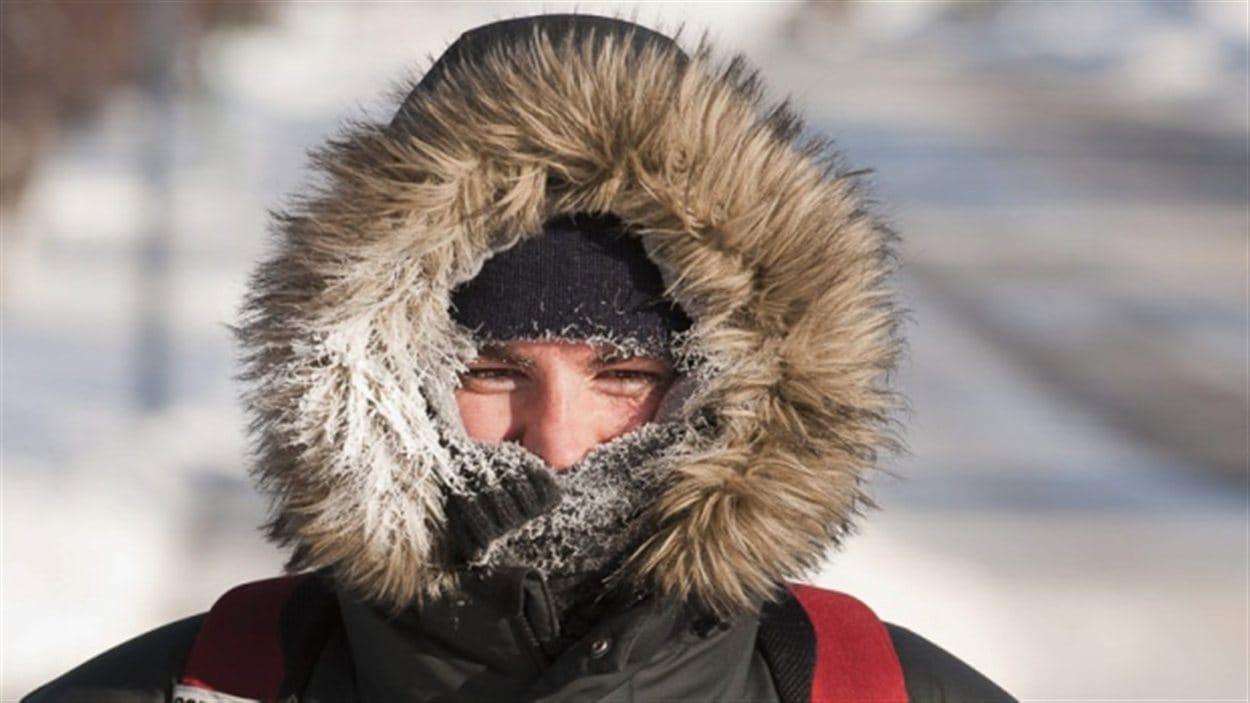 Une personne en manteau dans le grand froid