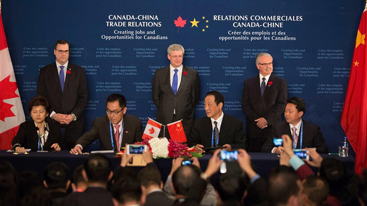 Le Premier ministre Stephen Harper, accompagné de James Moore, ministre de l'Industrie, et de Gerry Ritz, ministre de l'Agriculture et de l'Agroalimentaire, assiste à la signature de plusieurs accords lors d'une cérémonie de signature d'accords commerciaux pendant sa visite officielle en Chine.