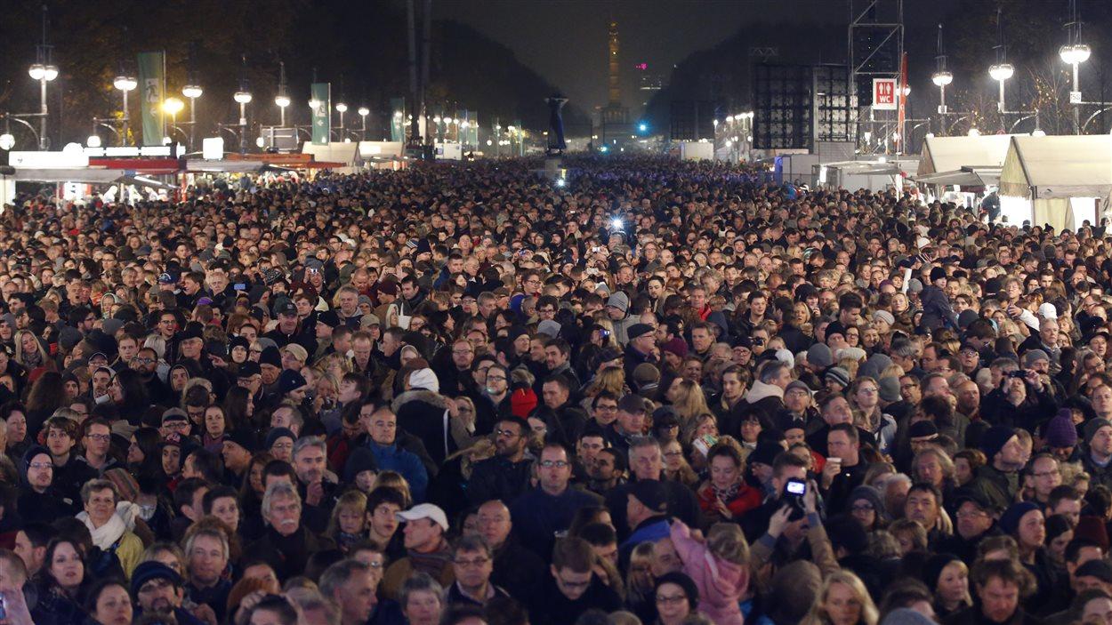 Des milliers de personnes se sont rassemblées devant la porte de Brandebourg, à Berlin, pour participer aux célébrations.