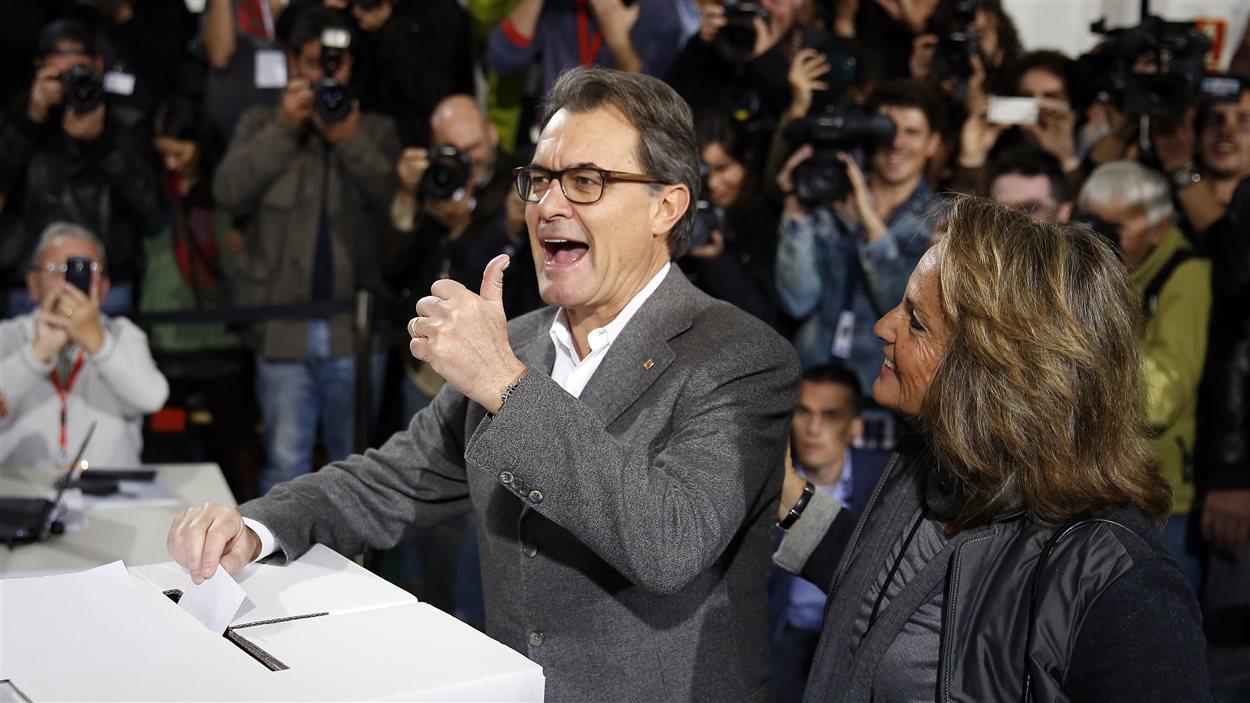 Le président catalan, Artur Mas, participe au vote symbolique sur l'indépendance de la Catalogne, dimanche, à Barcelone.