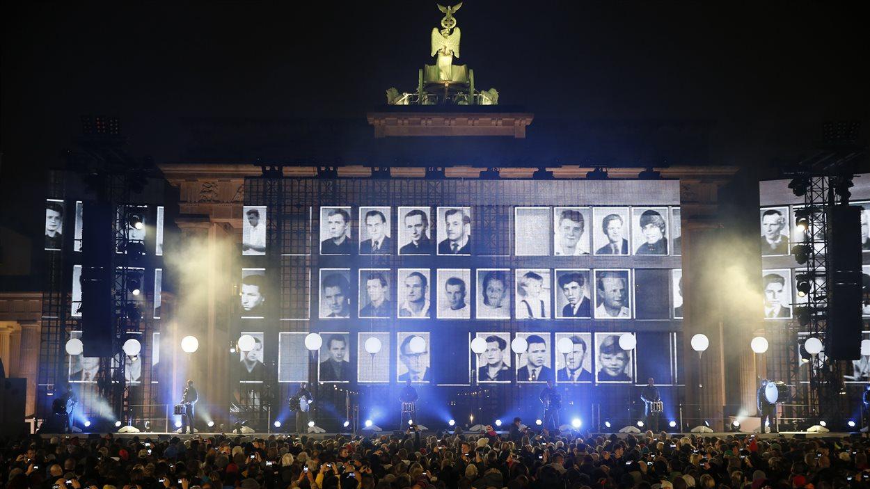 Commémoration de gens qui sont morts en tentant de traverser le mur de Berlin pour échapper à l'ex-Allemagne de l'Est, en face de la porte de Brandebourg, à Berlin.
