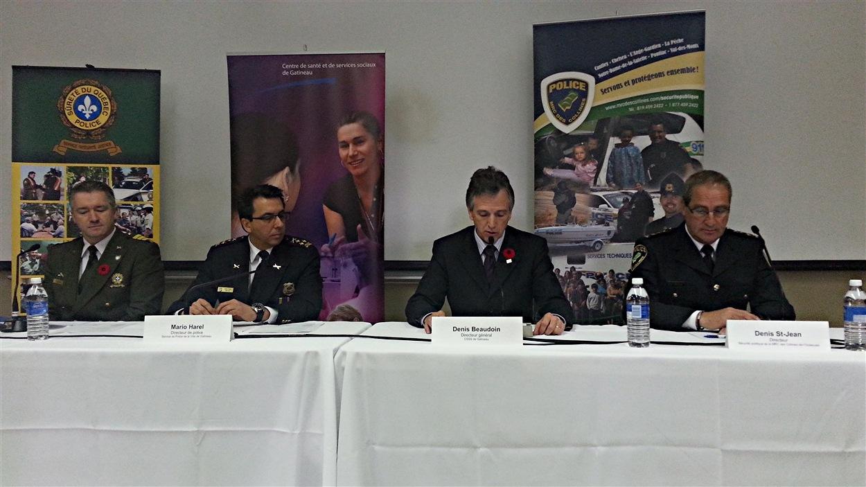 De g. à dr: Stéphane Raymond de la Sûreté du Québec, Mario Harel, chef de la police de Gatineau, Denis Beaudoin, du CSSS de Gatineau, et Denis St-Jean de la police de la MRC des Collines. (10-11-14)