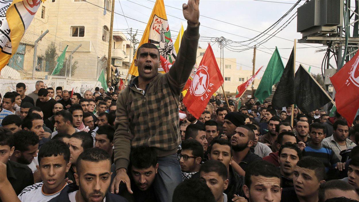 Funérailles du jeune homme de 21 ans qui a été tué par balle par l'armée israélienne, selon les médecins, lors d'affrontements près d'Hébron.