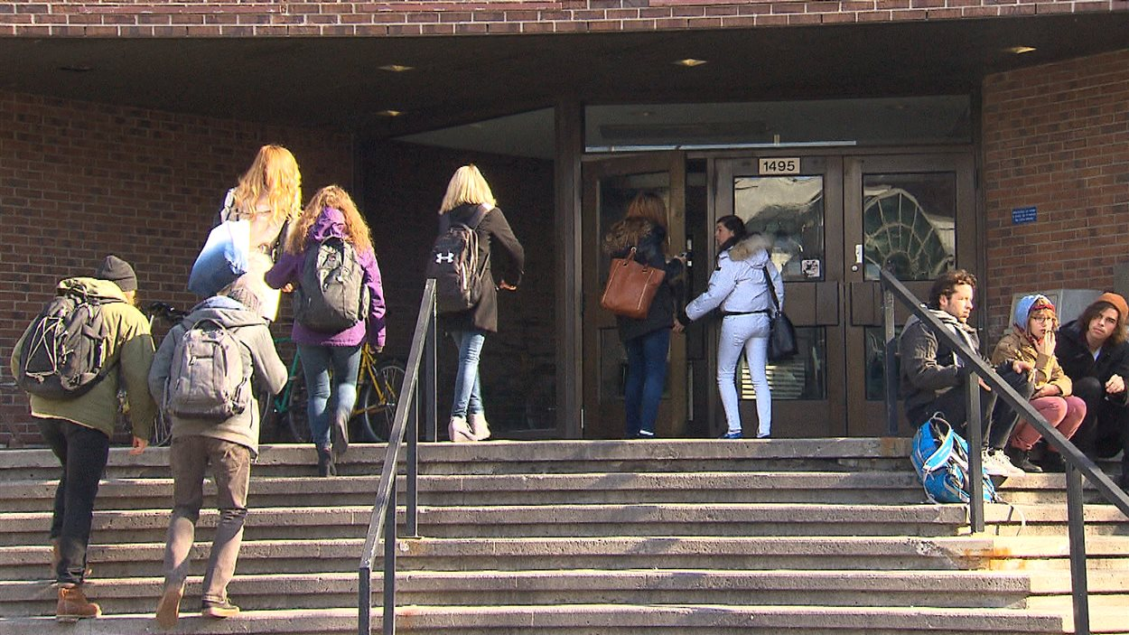 Des étudiants à l'entrée d'un pavillon de l'UQAM