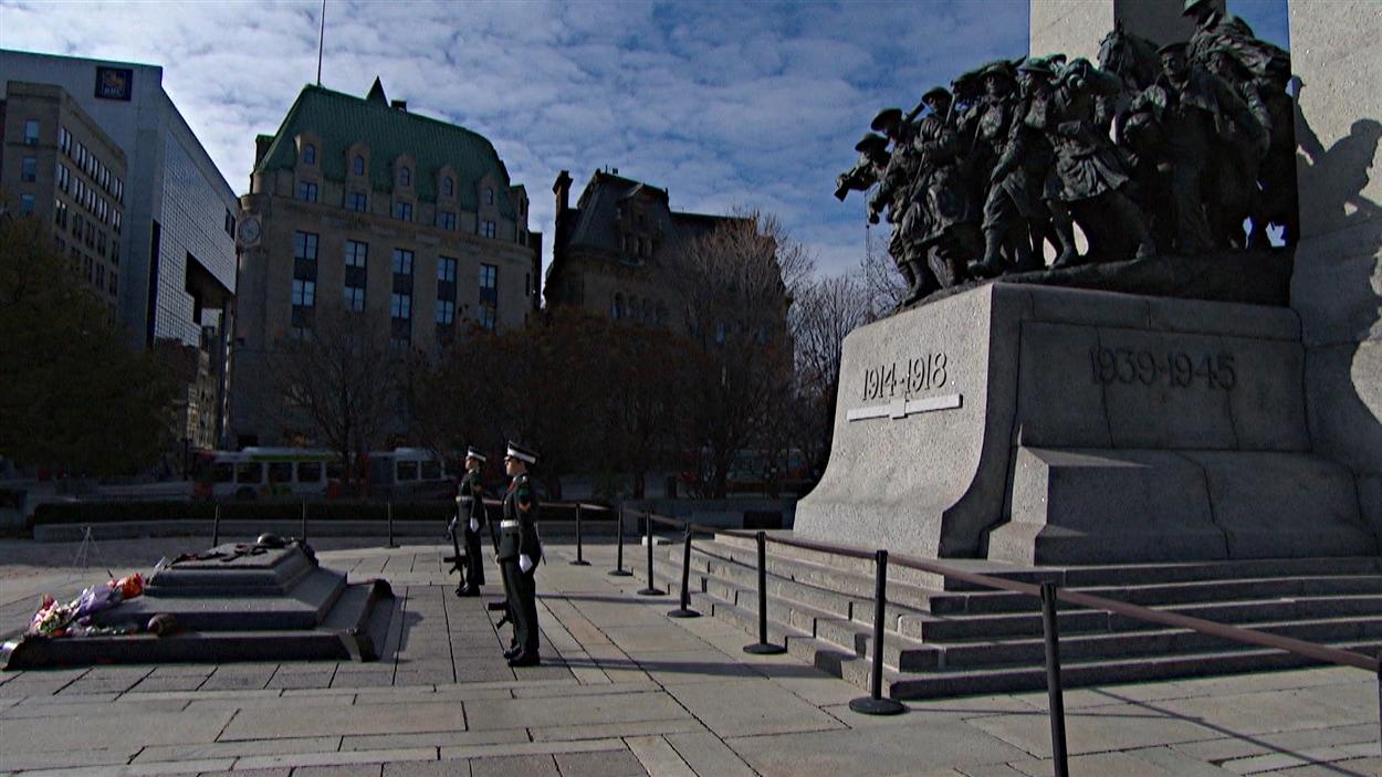 Des militaires gardent le Monument commémoratif de guerre, à Ottawa, le matin du jour du Souvenir. (11-11-14)