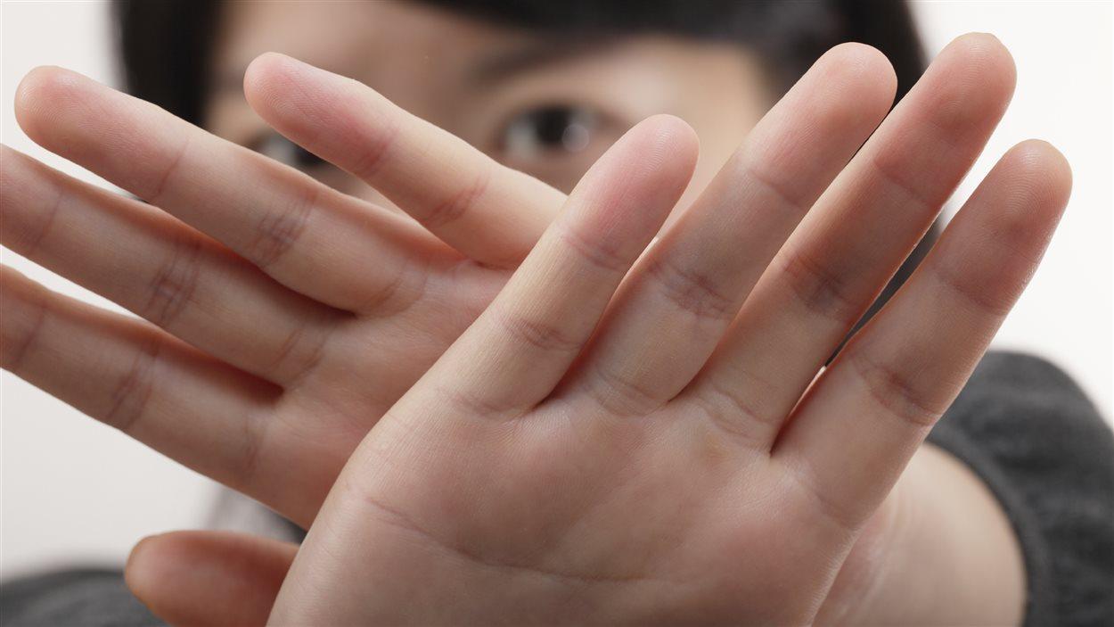Une association étudiante à l'UQAM a publié sur Facebook les noms de trois professeurs montrés du doigt pour des gestes s'apparentant à du harcèlement sexuel alors qu'aucune accusation formelle n'a été portée contre eux. Entre-temps, l'Université du Québec à Montréal (UQAM) a décidé d'enquêter sur ces allégations de harcèlement sexuel.