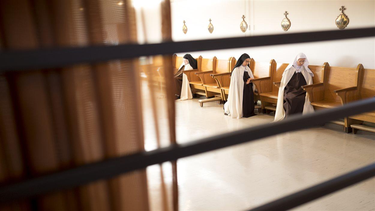 Pendant l'une des dix célébrations quotidiennes au monastère des Carmélites