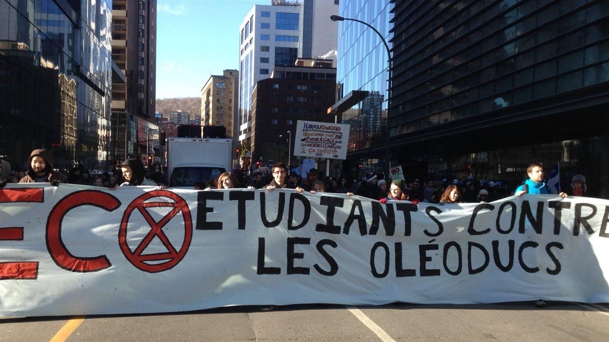 Les étudiants manifestent au centre-ville de Montréal contre les oléoducs (15 novembre 2014).