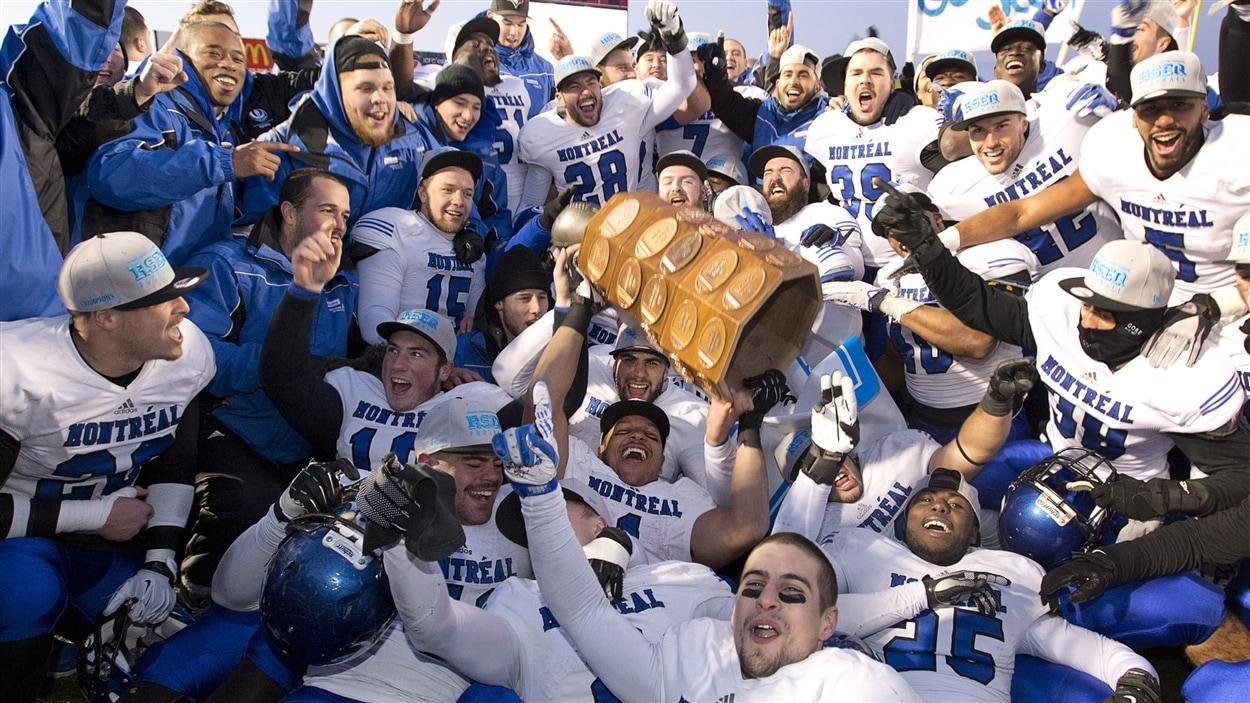 Les Carabins de l'Université de Montréal remportent la Coupe Dunsmore.