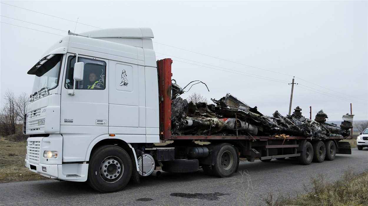 Des débris de l'avion d'Air Malaysia MH17 sont évacués vers les Pays-Bas