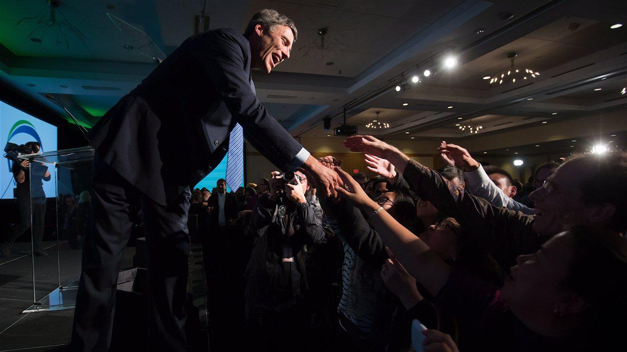 Gregor Robertson serre la main de ses partisans à Vancouver
