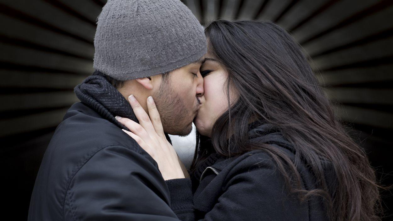 Un couple échange un baiser