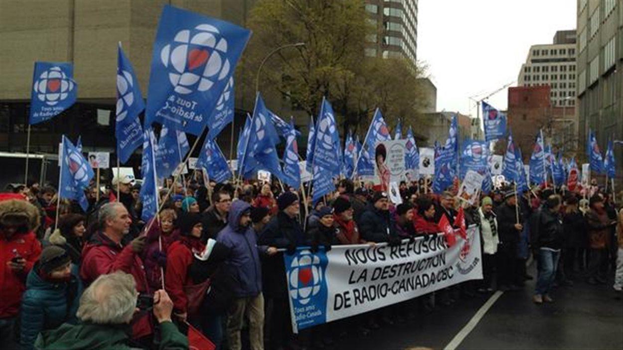 Des milliers de peronnes ont marché dimanche au centre-ville de Montréal pour la survie de Radio-Canada.