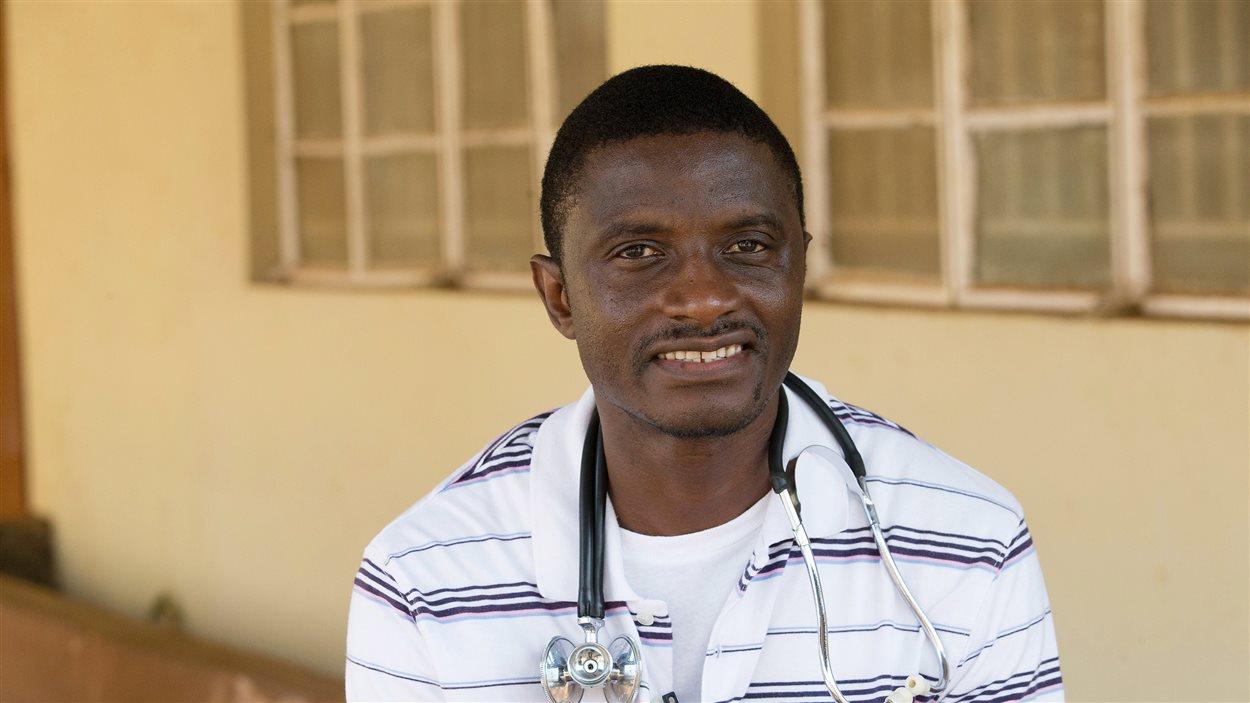 Le docteur Martin Salia photographié en avril 2014 devant un hôpital de Freetown, en Sierra Leone.