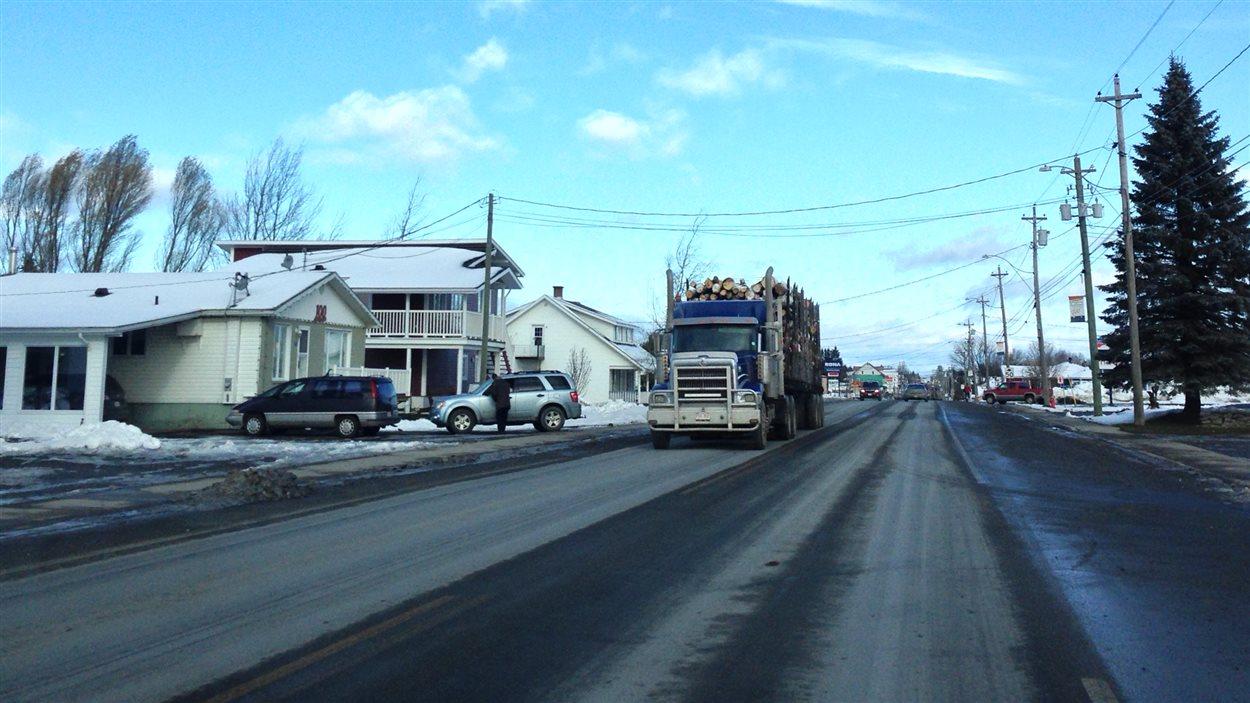 Un camion transporte du bois