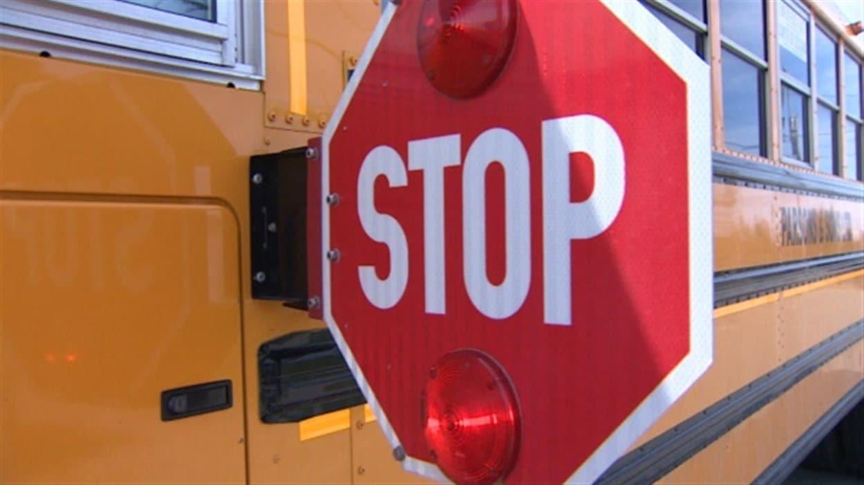 Au Manitoba, il est interdit de dépasser un autobus scolaire lorsqu'il déploie le signal d'arrêt ou lorsque ses feux de signalisation se mettent à clignoter.