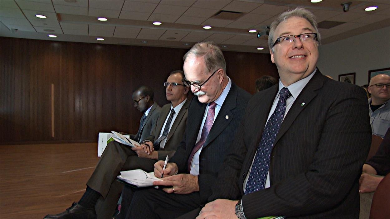 Le commissaire aux services en français de l'Ontario, François Boileau (à dr.), et le commissaire aux langues officielles du Canada, Graham Fraser, lancent un rapport conjoint sur l'immigration francophone. (18-11-14)