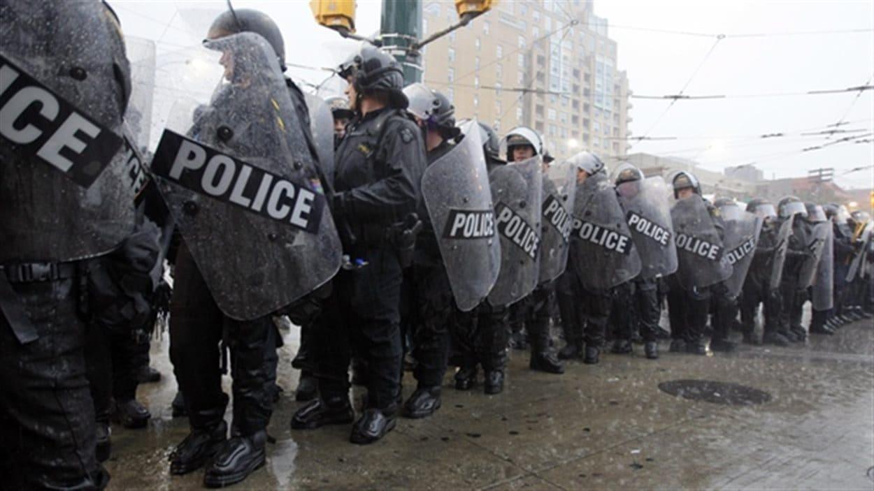 Des policiers encerclent des manifestants lors du sommet du G20 à Toronto en 2010.