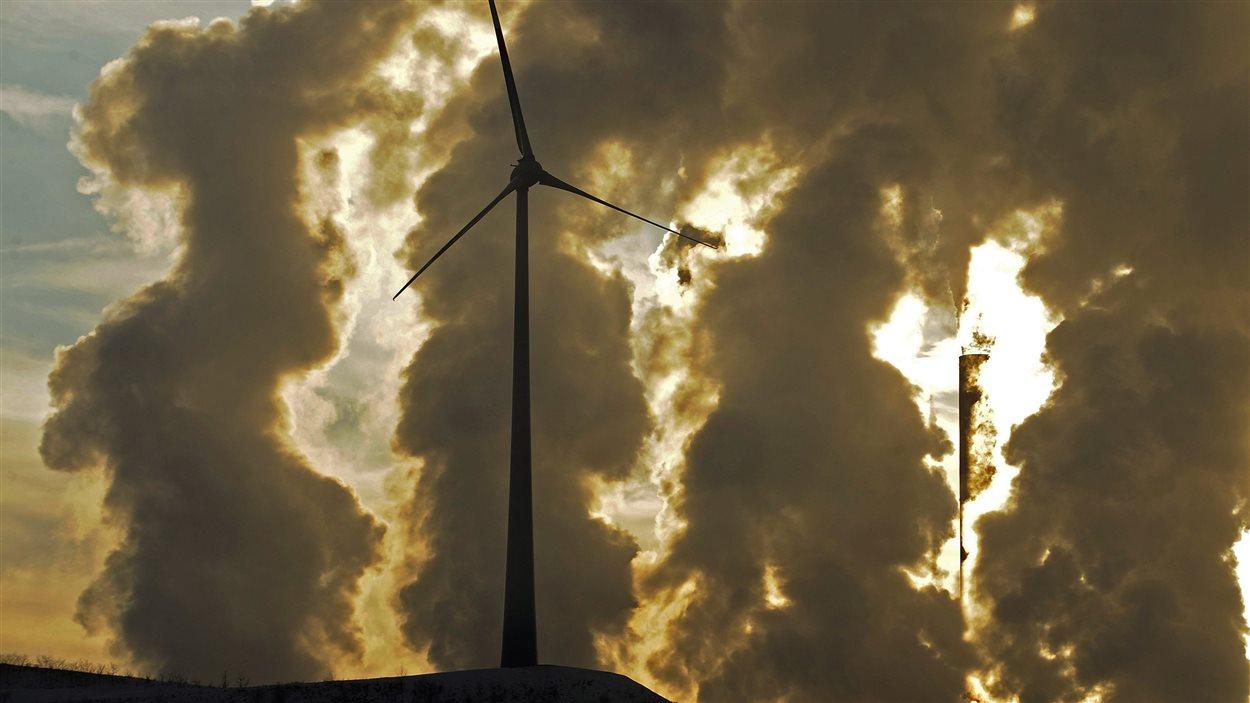 Des turbines éoliennes devant une centrale électrique de charbon à Gelsenkirchen, en Allemagne, en 2010