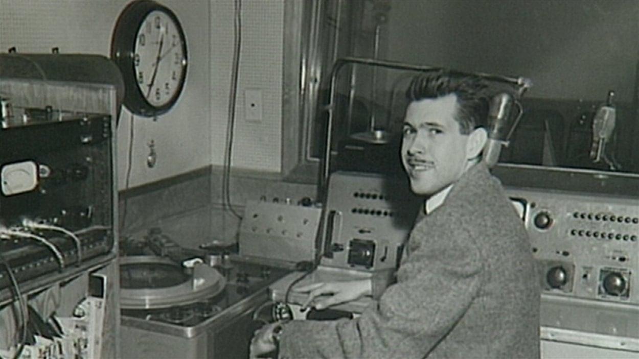 L'animateur Jacques Mayol dans le premier studio de CHFA