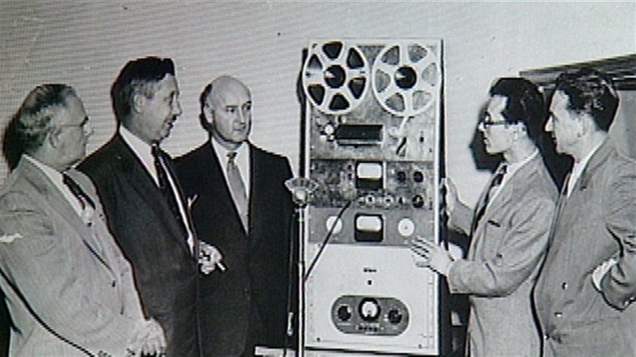 Une machine à enregistrer donnée par la Société Saint-Jean-Baptiste de Montréal en 1956.