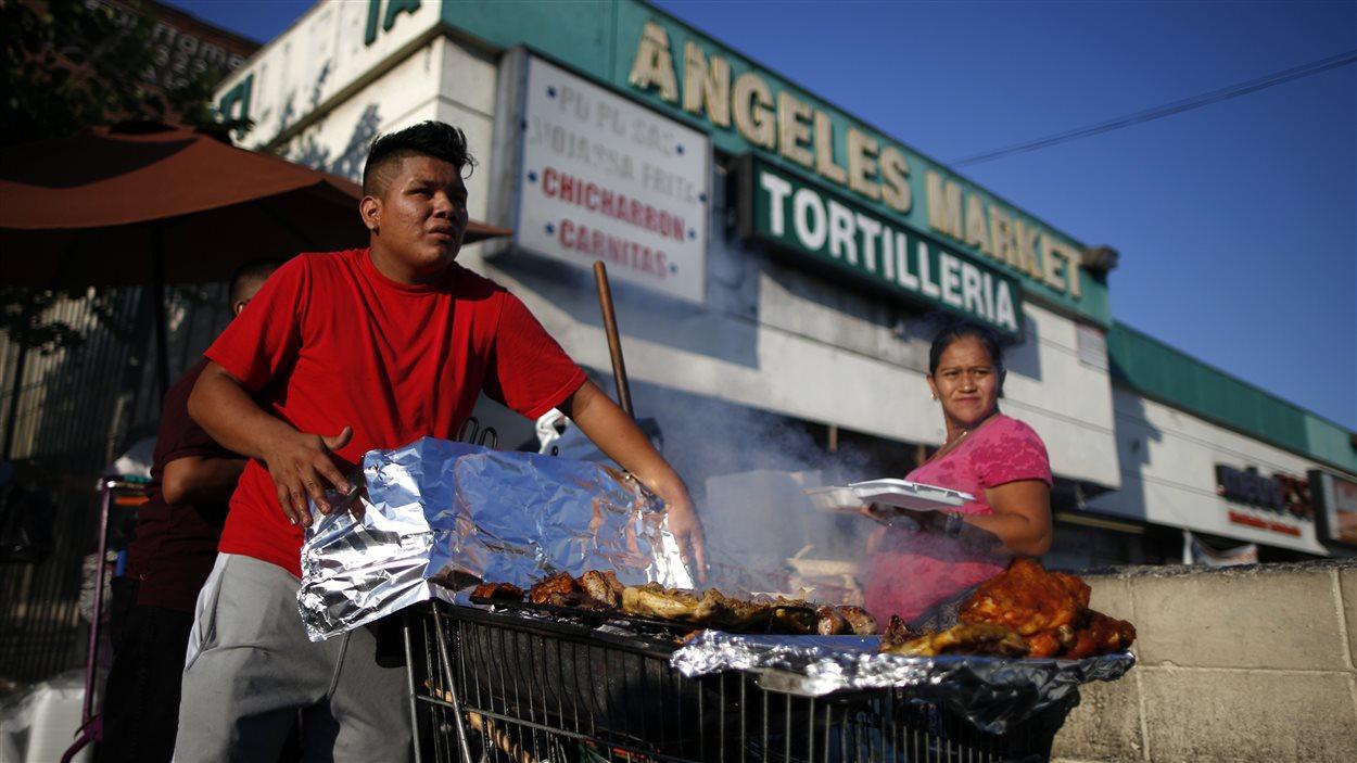 Un homme vend des repas à Los Angeles. Près de la moitié de la population de cette ville est originaire d'Amérique latine, selon un recensement de 2010.