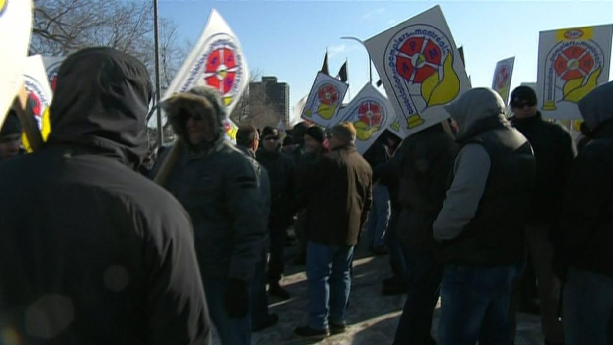 La manifestation se déroule près du quartier général du service d'incendie, sur l'avenue du Parc.
