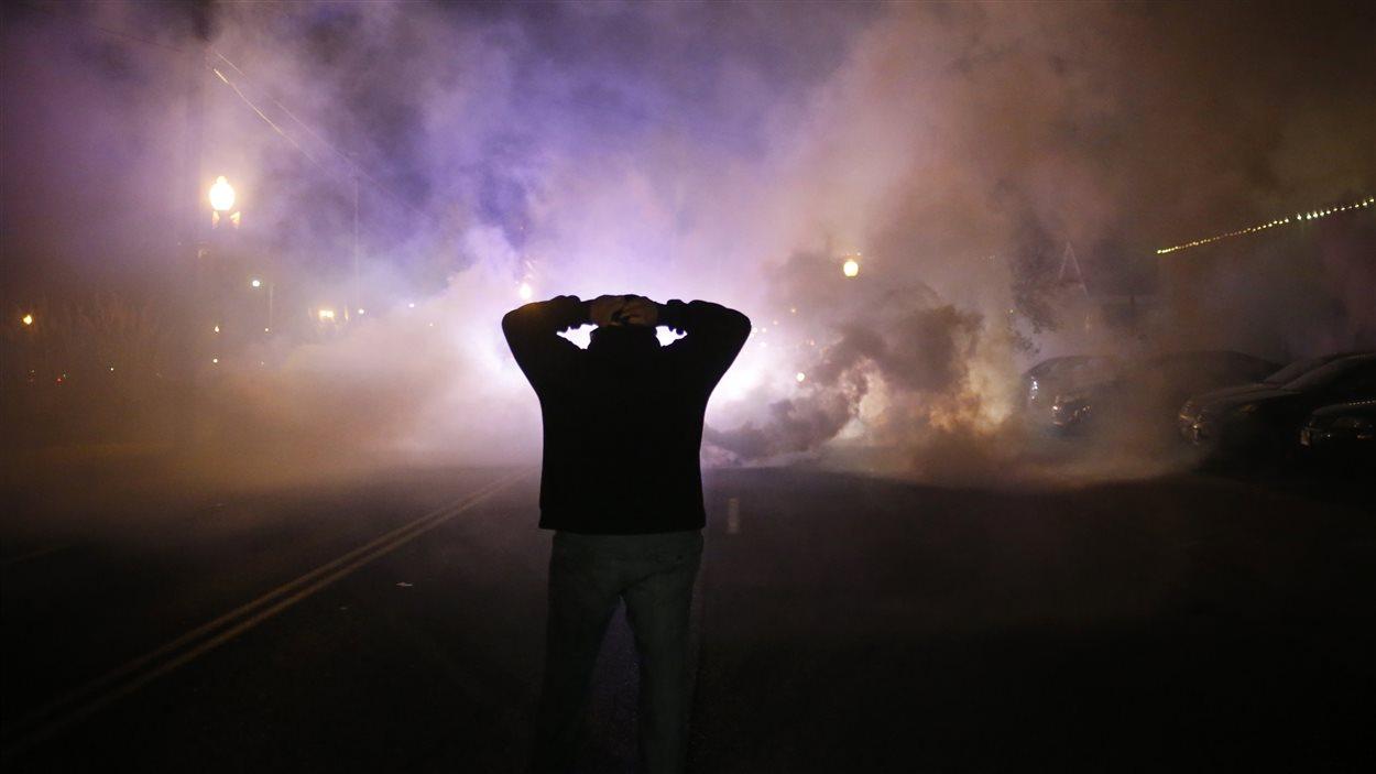 La police de Ferguson a lancé du gaz lacrimogène sur les manifestants pour les disperser.