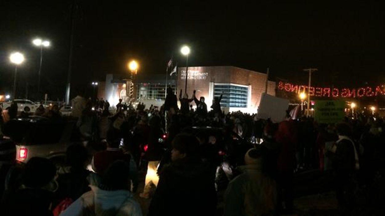 Manifestants devant le poste de police de Ferguson