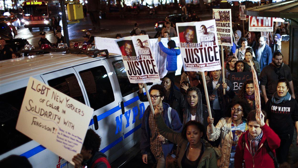 Des manifestants sont rassemblés dans les rues de New York pour protester contre la décision du grand jury.