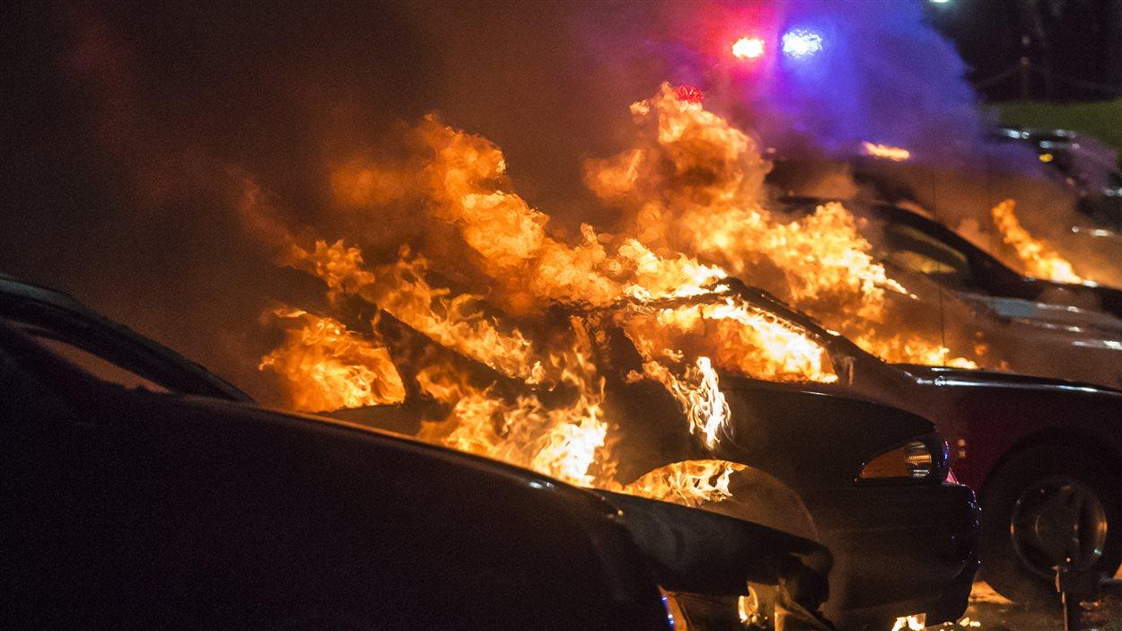 Des voitures neuves sont la proie des flammes à Ferguson.