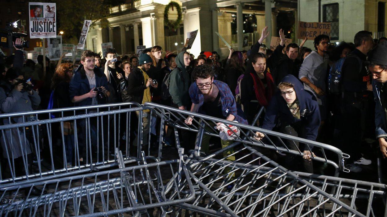 Des manifestants ont renversé des barrières du Service de police de New York à Union Square.