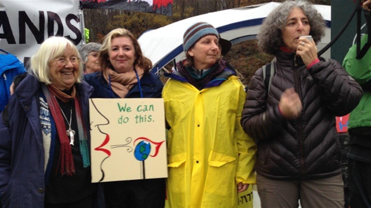 De gauche à droite : Jean McLaren, Karen Mahon, Bonny Glambeck et Valerie Langer, qui ont aussi participé aux manifestations à Clayoquot Sound en 1993, ont été arrêtées mercredi au mont Burnaby. Les militantes s'opposent au projet d'expansion du pipeline de Kinder Morgan.
