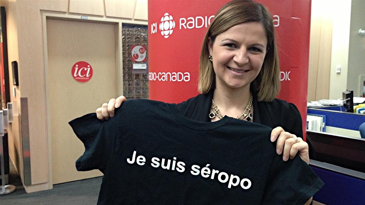 """La journaliste Marie-Pier Bouchard avec le chandail de la campagne """"Je suis séropo"""""""