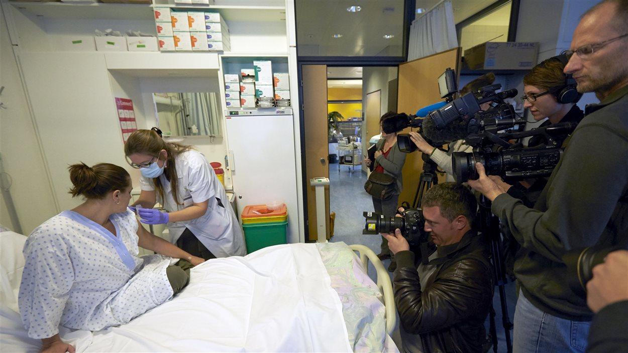 Un vaccin expérimental contre l'Ebola est inoculé à une volontaire à Lausanne en novembre 2014.