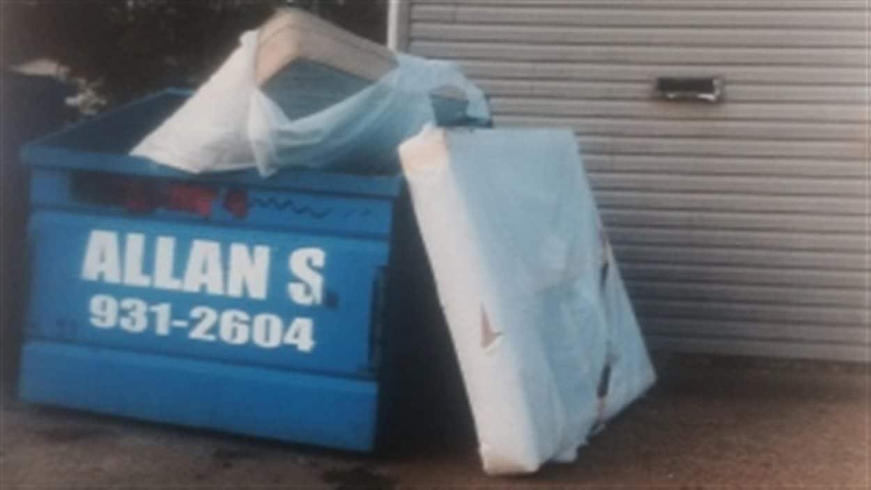 Un locataire d'un immeuble à appartements de Saskatoon affirme que ces matelas infestés de punaises de lit ont passé des semaines juste à l'extérieur de l'édifice.