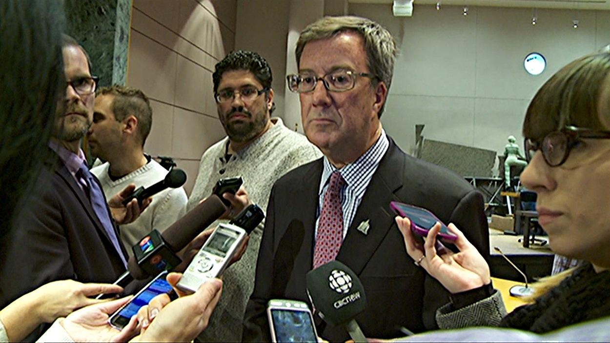 Le maire Jim Watson a répondu aux questions des journalistes, après le conseil municipal d'Ottawa. (26-11-14)
