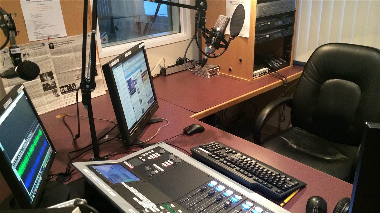 Le studio de CKRP est souvent vide depuis qu'un animateur de Montréal dirige la radio