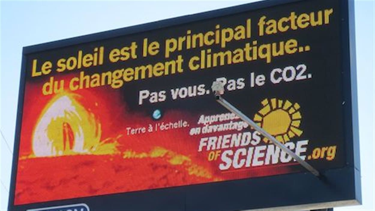 L'affiche de Friends of science en bordure d'une autoroute montréalaise.