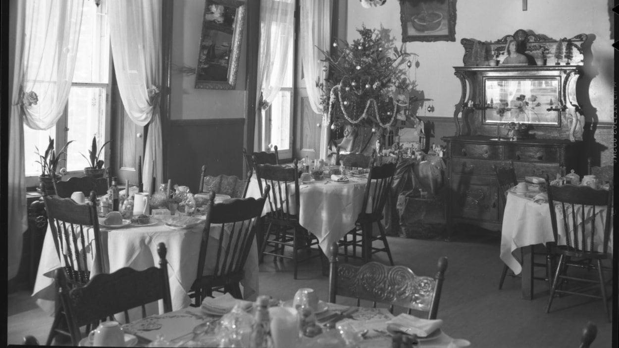 La salle à manger de la maison-mère à Québec décorée pour Noël, vers 1950