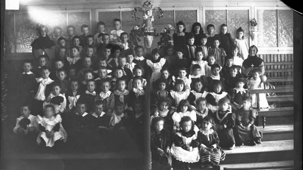 Jeunes orphelins à la maison-mère des Soeurs de la Charité à Québec, en 1895