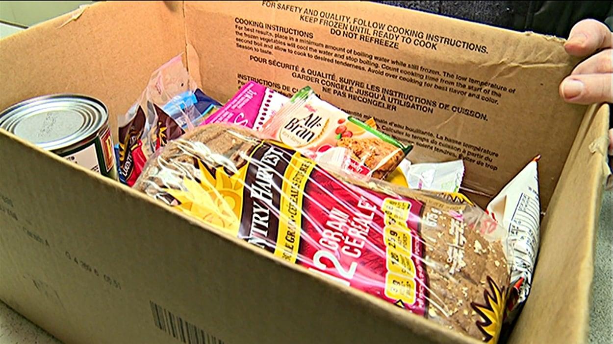Une cliente vient chercher des denrées dans une banque alimentaire d'Ottawa.