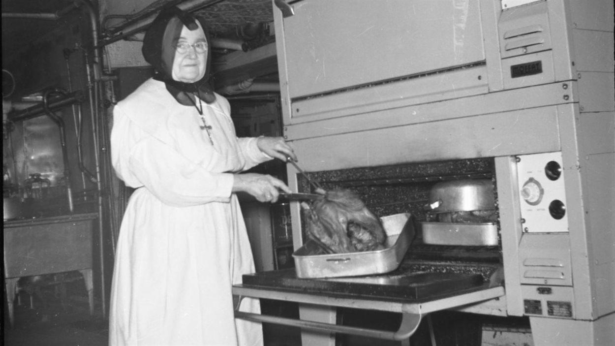 Une religieuse à la préparation du repas, vers 1950