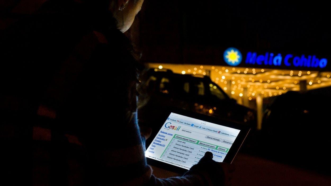 Un Cubain utilise illégalement une connexion wi-fi pour naviguer sur Internet.