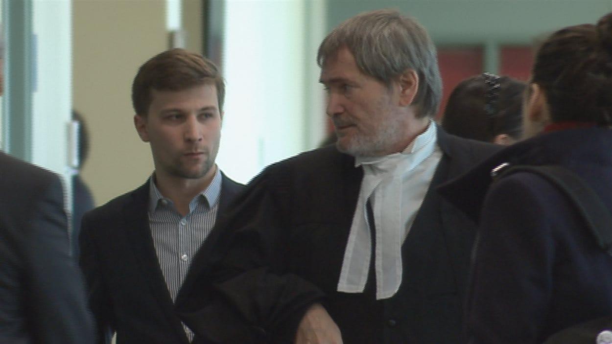 Gabriel Nadeau-Dubois et son avocat au palais de justice de Québec.
